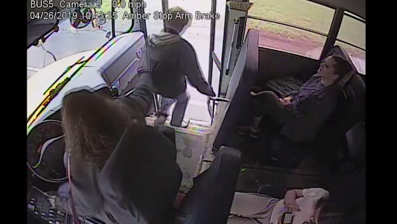 شاهد.. سائقة حافلة تنقذ شابا في اللحظة الأخيرة..