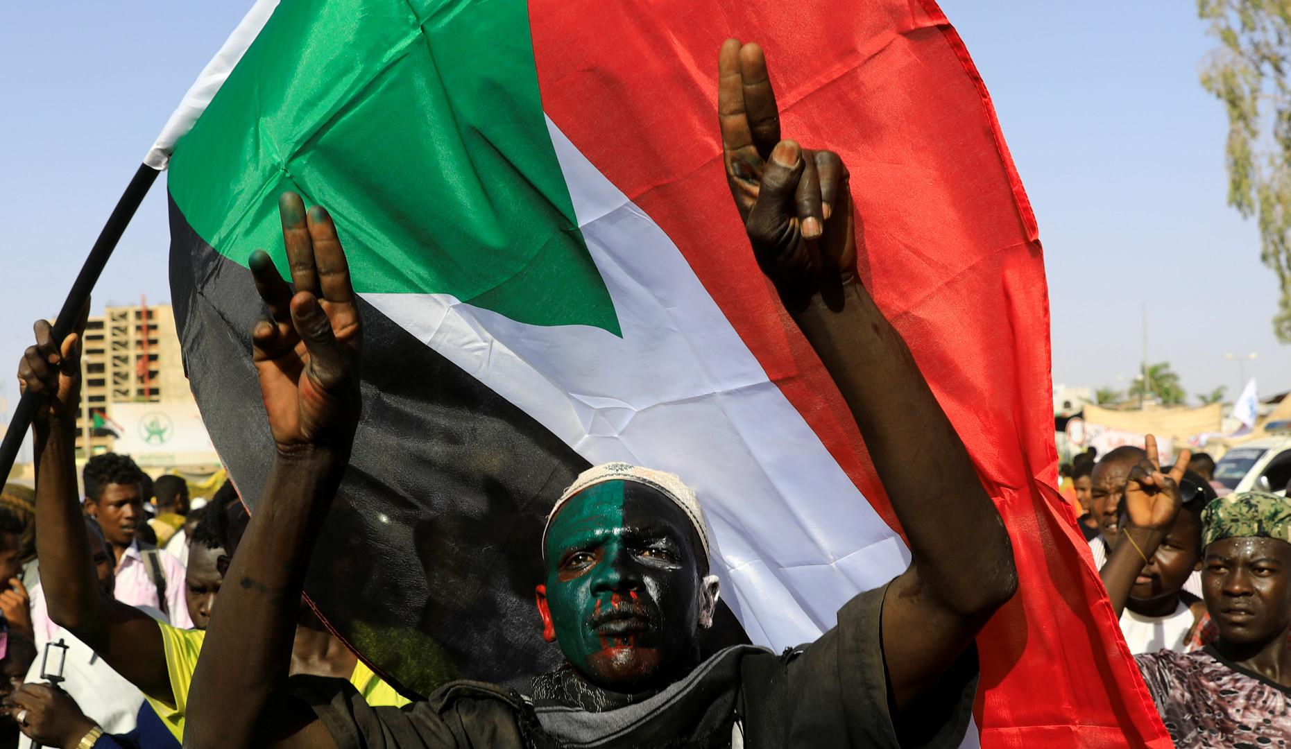 السودان.. مقتل متظاهر وإصابة آخرين جراء إطلاق قوات الأمن النار على المعتصمين