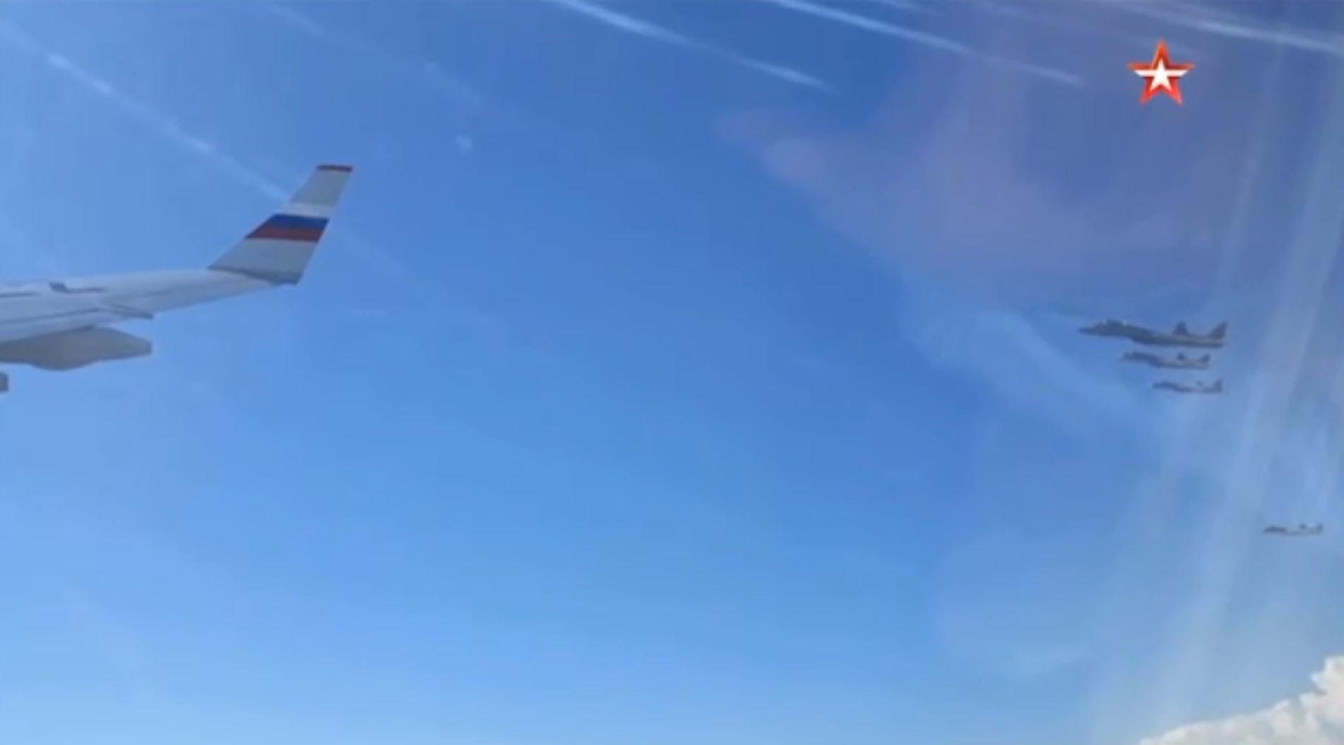 بالفيديو.. 6 مقاتلات شبح ترافق طائرة الرئيس الروسي بوتين