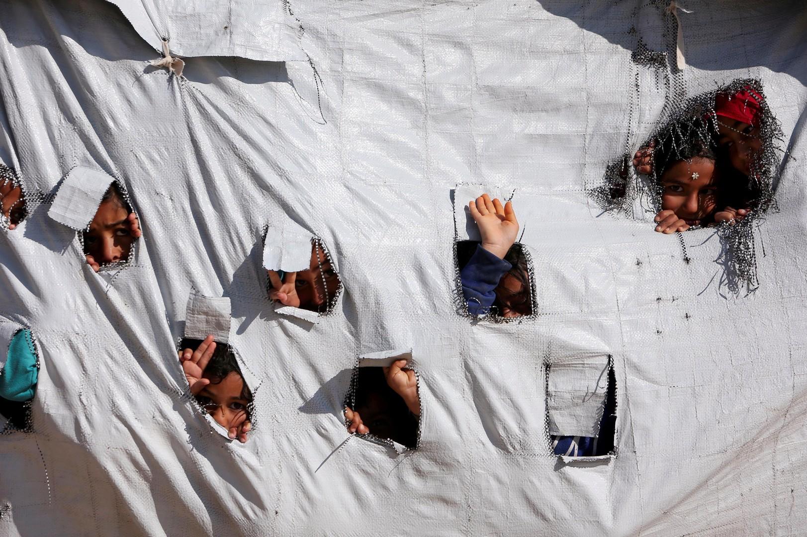 جد سويدي يعود من العراق بـ 7 أحفاد قتل والداهم المتطرفان في سوريا