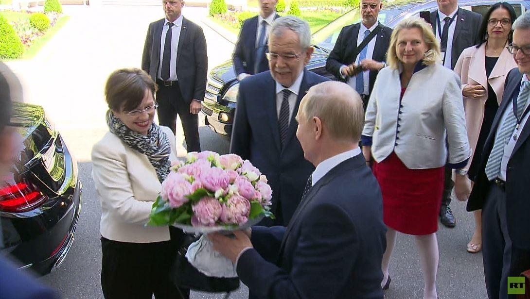 شاهد.. بوتين يهدي الزهور لسيدة النمسا الأولى