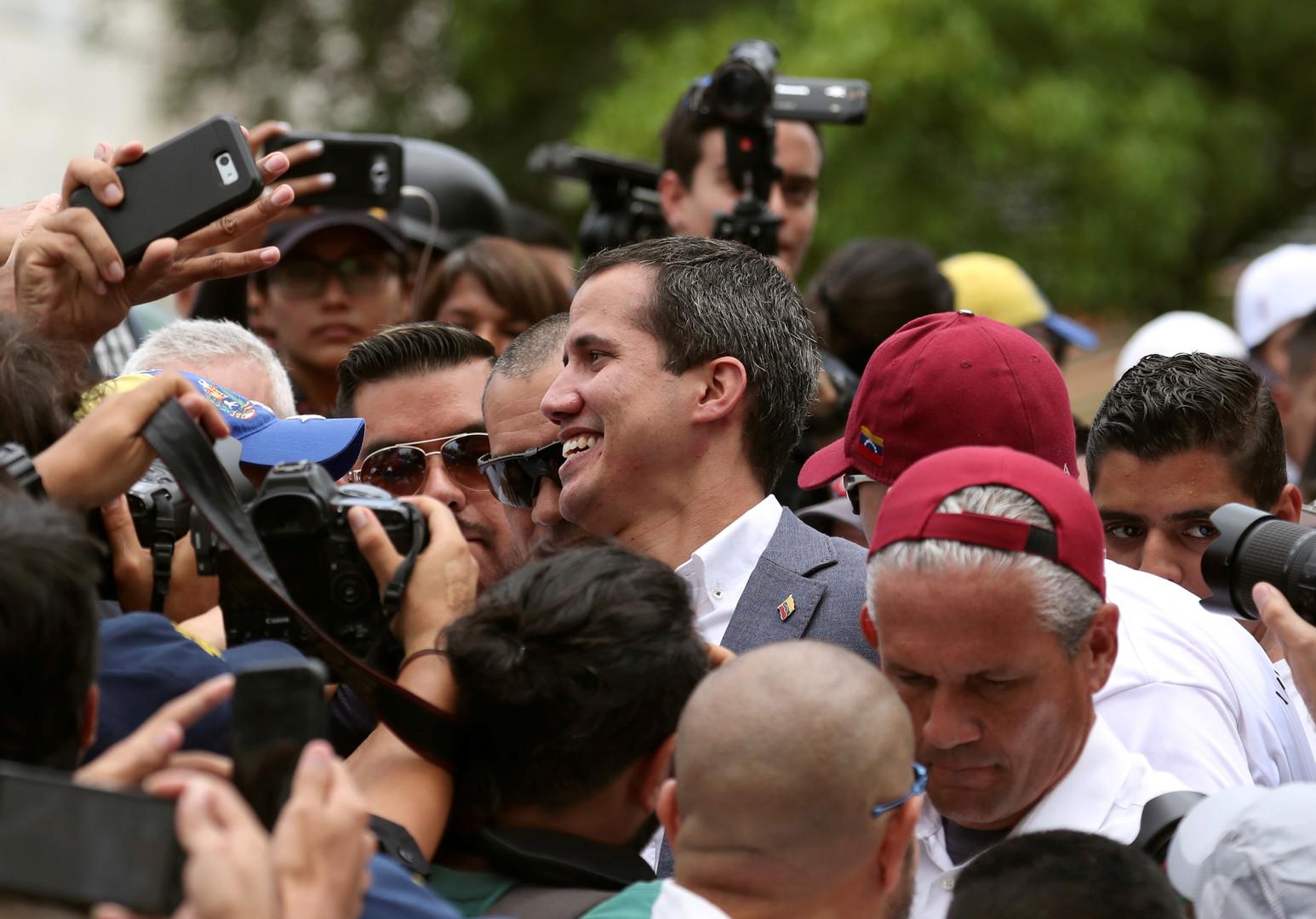 طرد عشرات الموالين لغوايدو وعائلاتهم من فندق في كولومبيا -