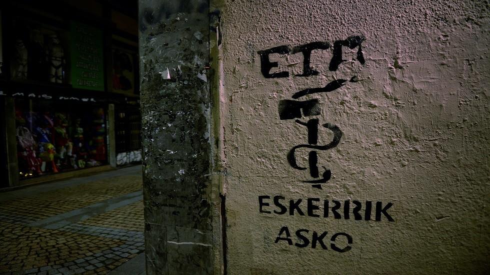 رسم شعار منظمة إيتا الإنفصالية على الجدران في العاصمة الإسبانية