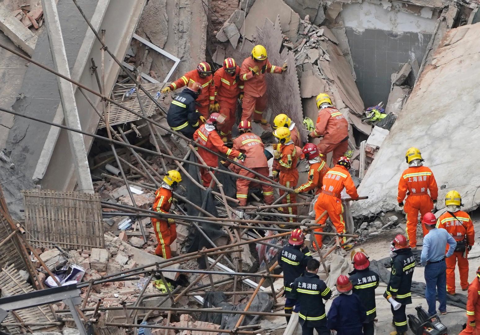 بالصور.. 9 أشخاص عالقون تحت الأنقاض جراء انهيار مبنى في شنغهاي