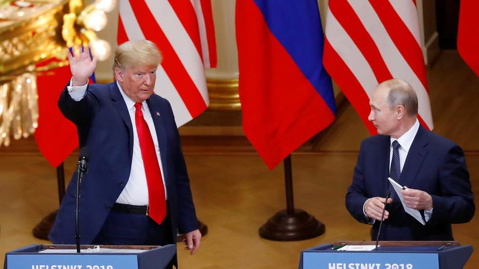 الرئيس الروسي، فلاديمير بوتين، خلال لقاء نظيره الأمريكي، دونالد ترامب، في هلسنكي يوم 16 يوليو 2018