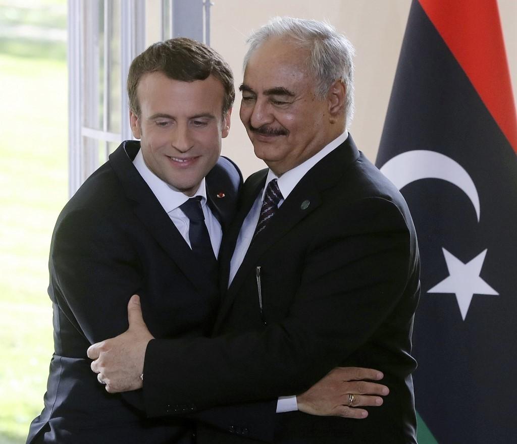 الرئيس الفرنسي إيمانويل ماكرون وقائد