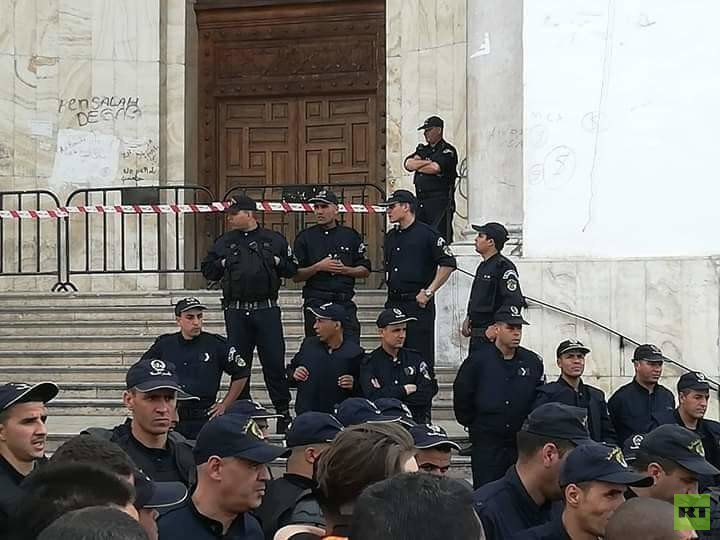 الجزائر: المتظاهرون ينجحون بدخول مقر البريد المركزي رغم استخدام الشرطة قنابل الغاز