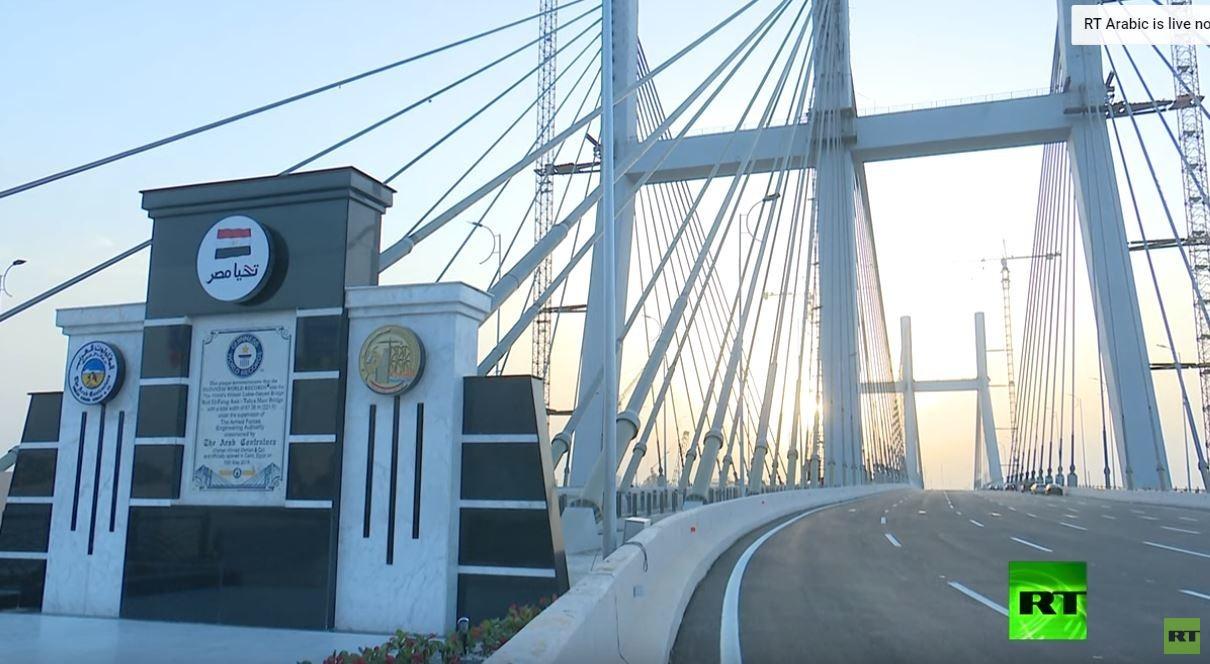 بعد تكذيب إشاعة انهياره.. تجربة السير على الممشى الزجاجي لأعرض جسر بالعالم في مصر! -