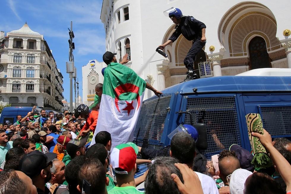 الجزائر.. متظاهران يلقيان بـ