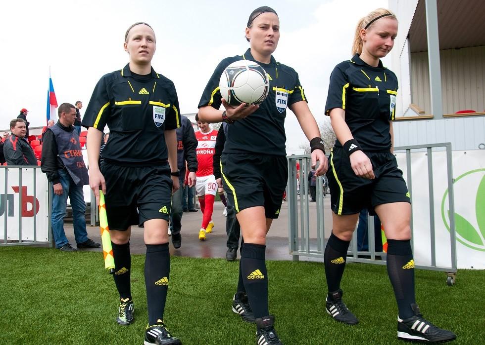 فتاة روسية تدير نهائي دوري أبطال أوروبا (صور)