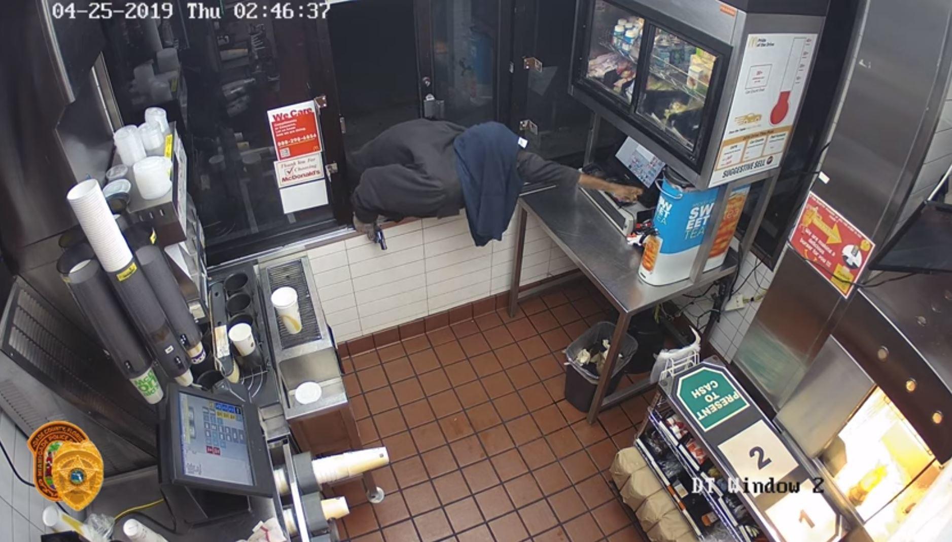 فيديو.. صراع بين لص وصندوق الدفع في أحد مطاعم الوجبات السريعة