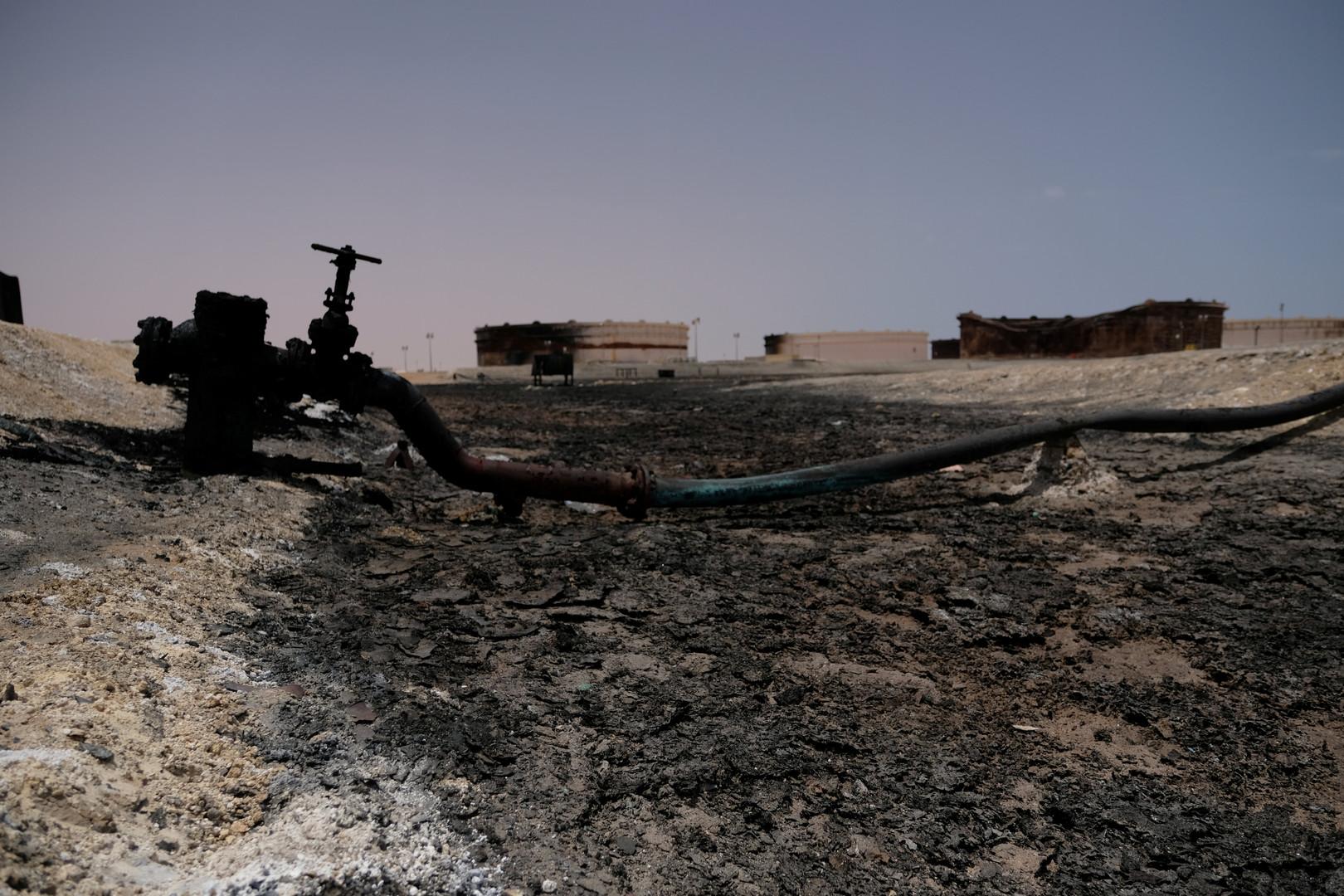 خزانات وأنابيب نفط متضررة جراء معارك في ميناء راس لانوف الليبي