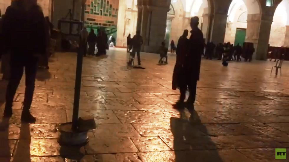 الشرطة الإسرائيلية تخلي المسجد الأقصى من المعتكفين بالقوة