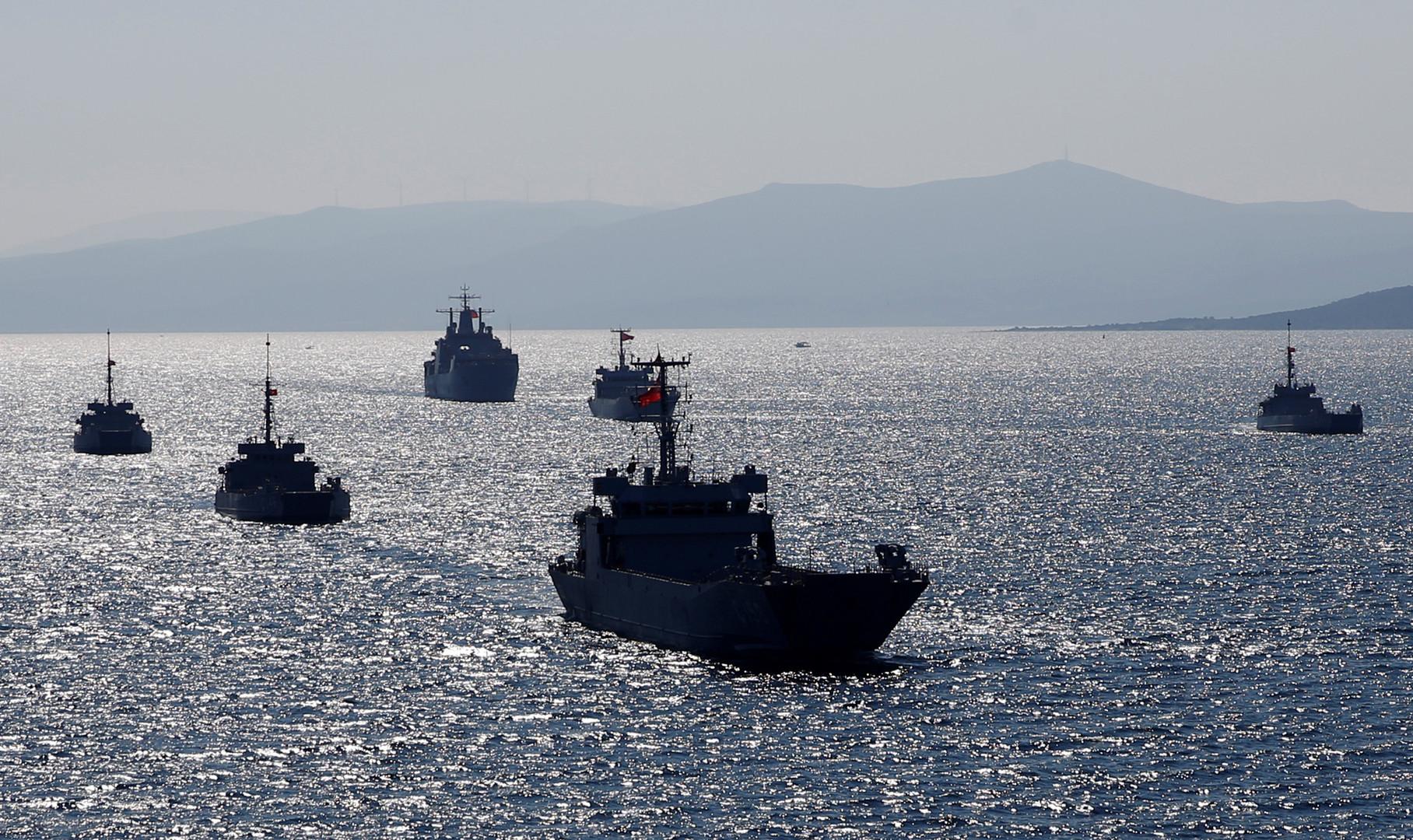 قارب يوناني يتحرش بسفينة تركية تزامنا مع مناورات