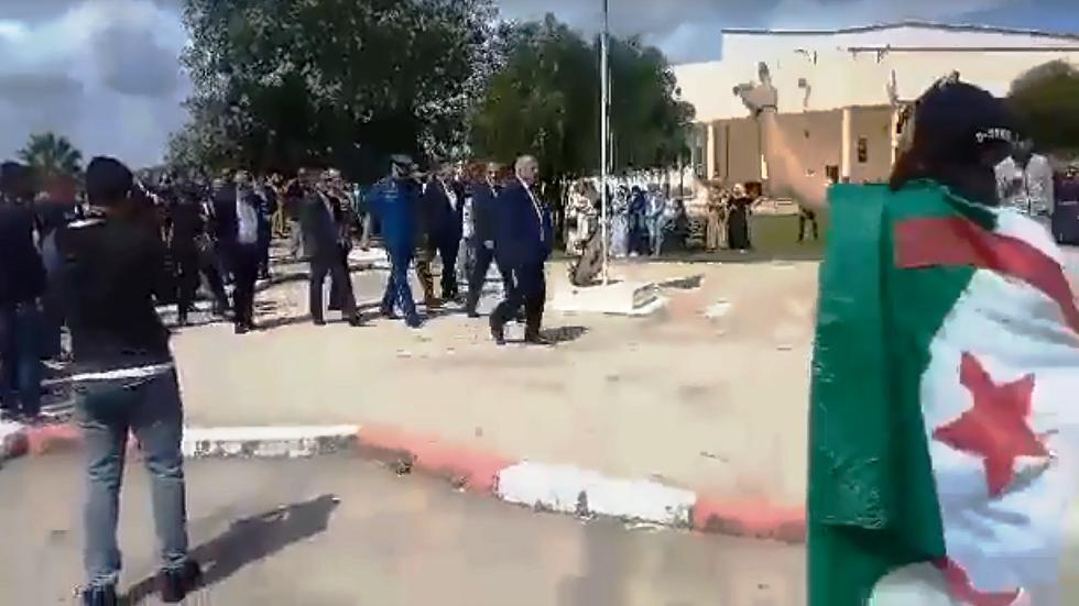 الجزائر.. طلبة في جامعة الطارف يطردون أعضاء مجلس الولاية (فيديو)