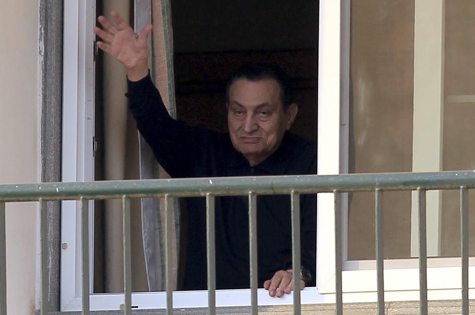 مبارك يكشف النقاب عن