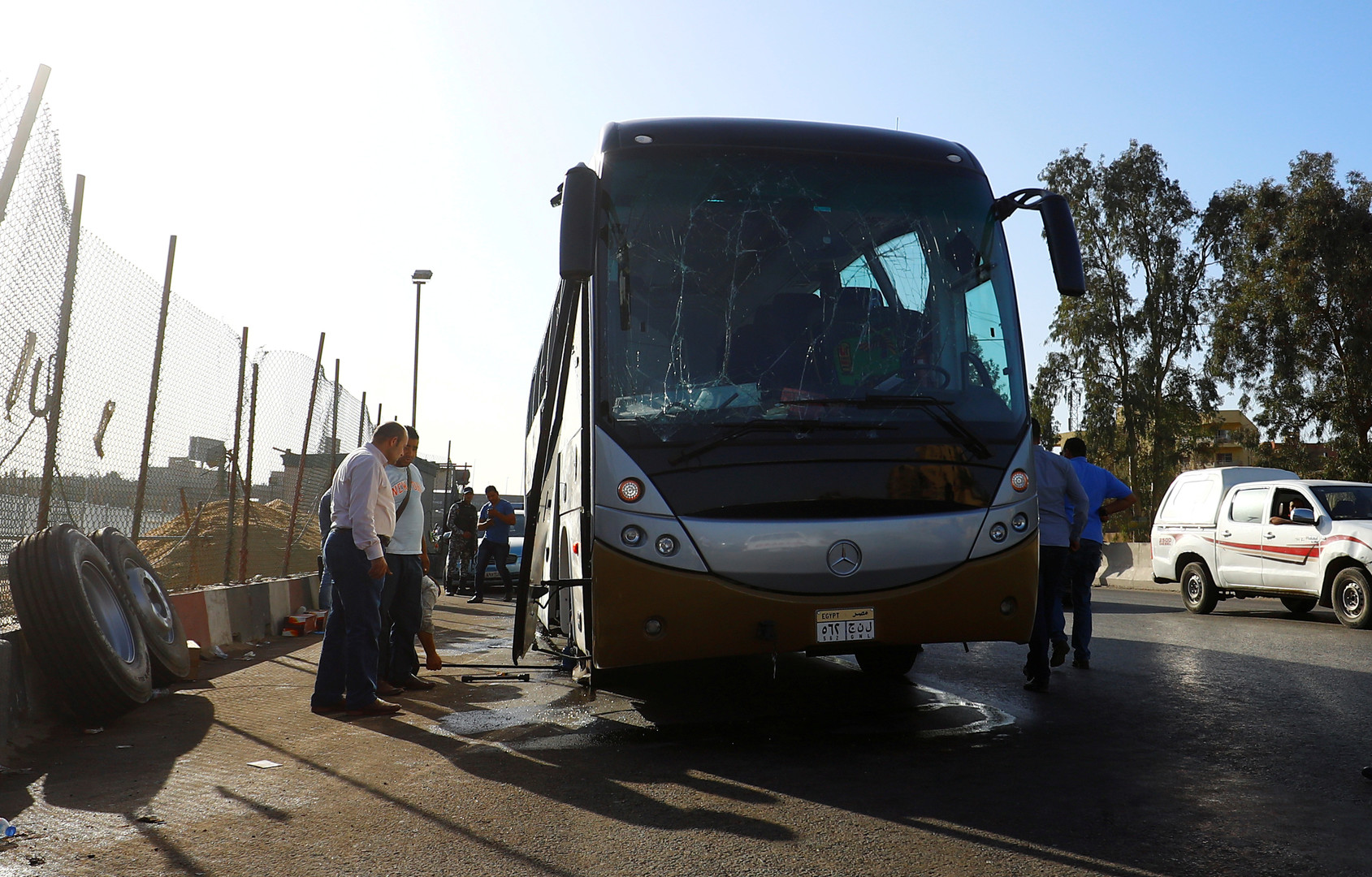 شاهد آثار الانفجار الذي استهدف حافلة سياحية قرب الأهرامات في مصر