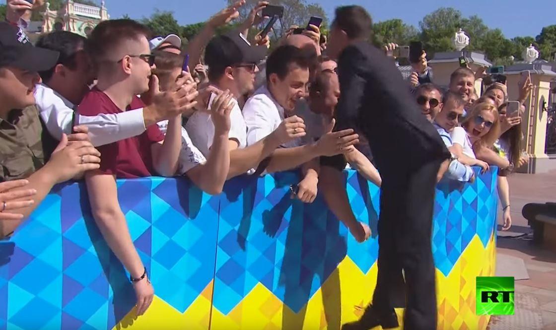 موقف طريف يواجه رئيس أوكرانيا الجديد قبيل مراسم تنصيبه