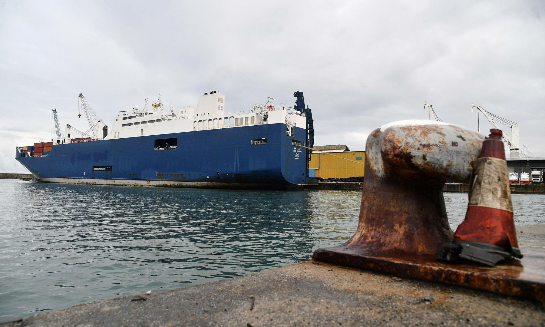 سفينة سعودية عجزت عن تحميل شحنة أسلحة في فرنسا تصل ميناء في إيطاليا رغم احتجاجات العمال