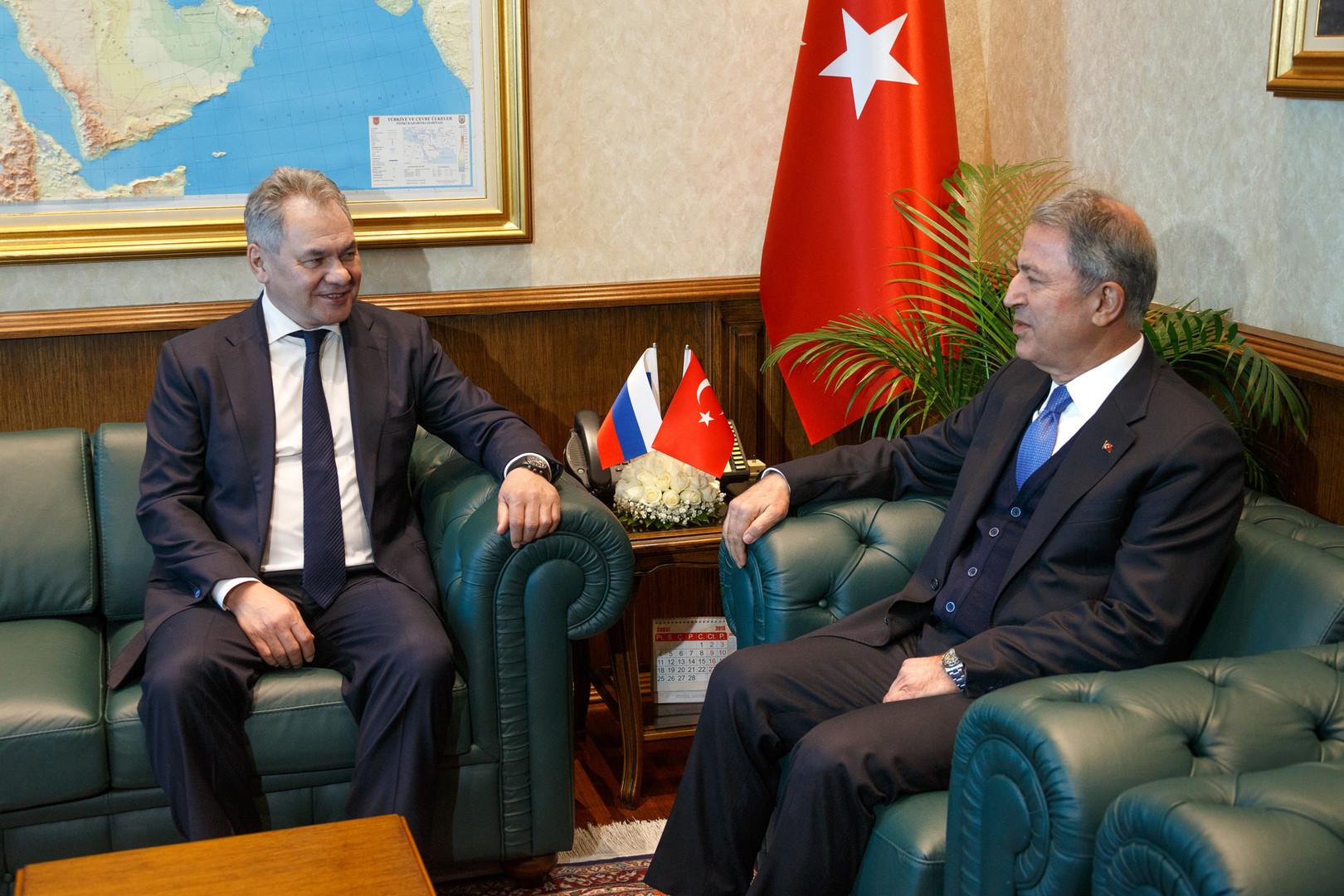 وزير الدفاع التركي، خلوصي أكار، ونظيره الروسي، سيرغي شويغو، خلال لقائهما في أنقرة يوم 11 فبراير 2019