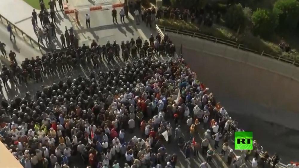 لبنانيون يحتجون على مشروع الموازنة