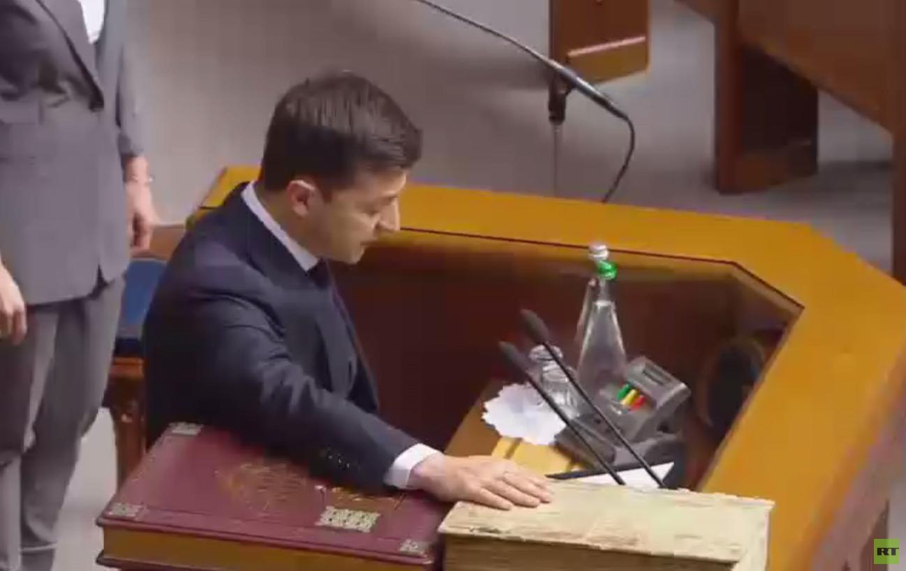 زيلينسكي يحلّ البرلمان في خطاب تنصيبه