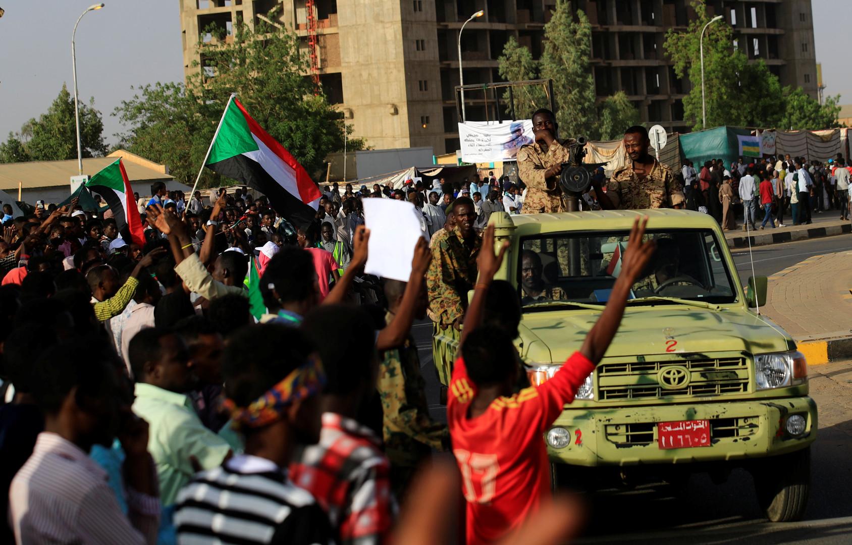 المجلس العسكري يحرر نشاط النقابات الموالية للبشير والمعارضة تحتج