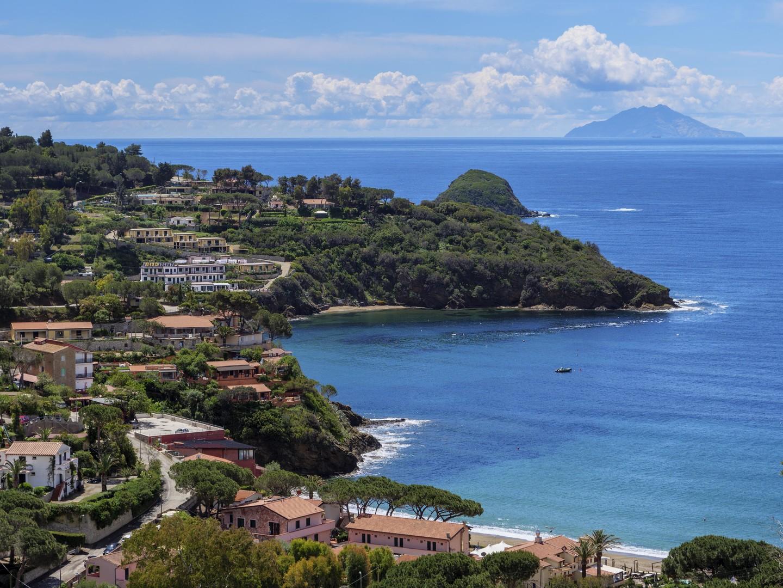 جزيرة إيطالية تطلق عرضا مغريا يعوض السائحين عن المطر