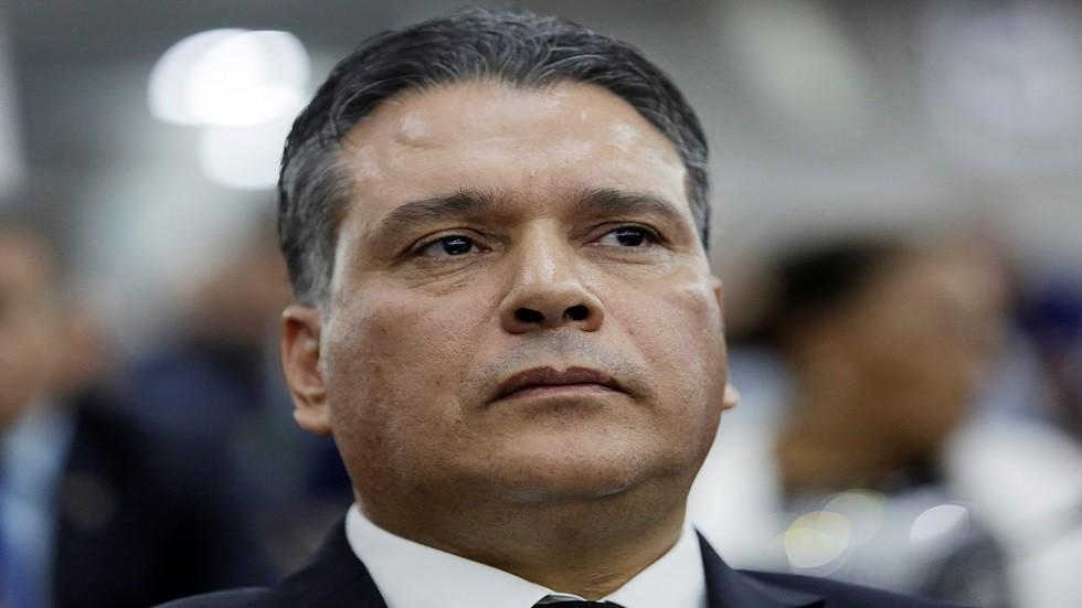 الحزب الحاكم في الجزائر يعلق نشاطاته بسبب