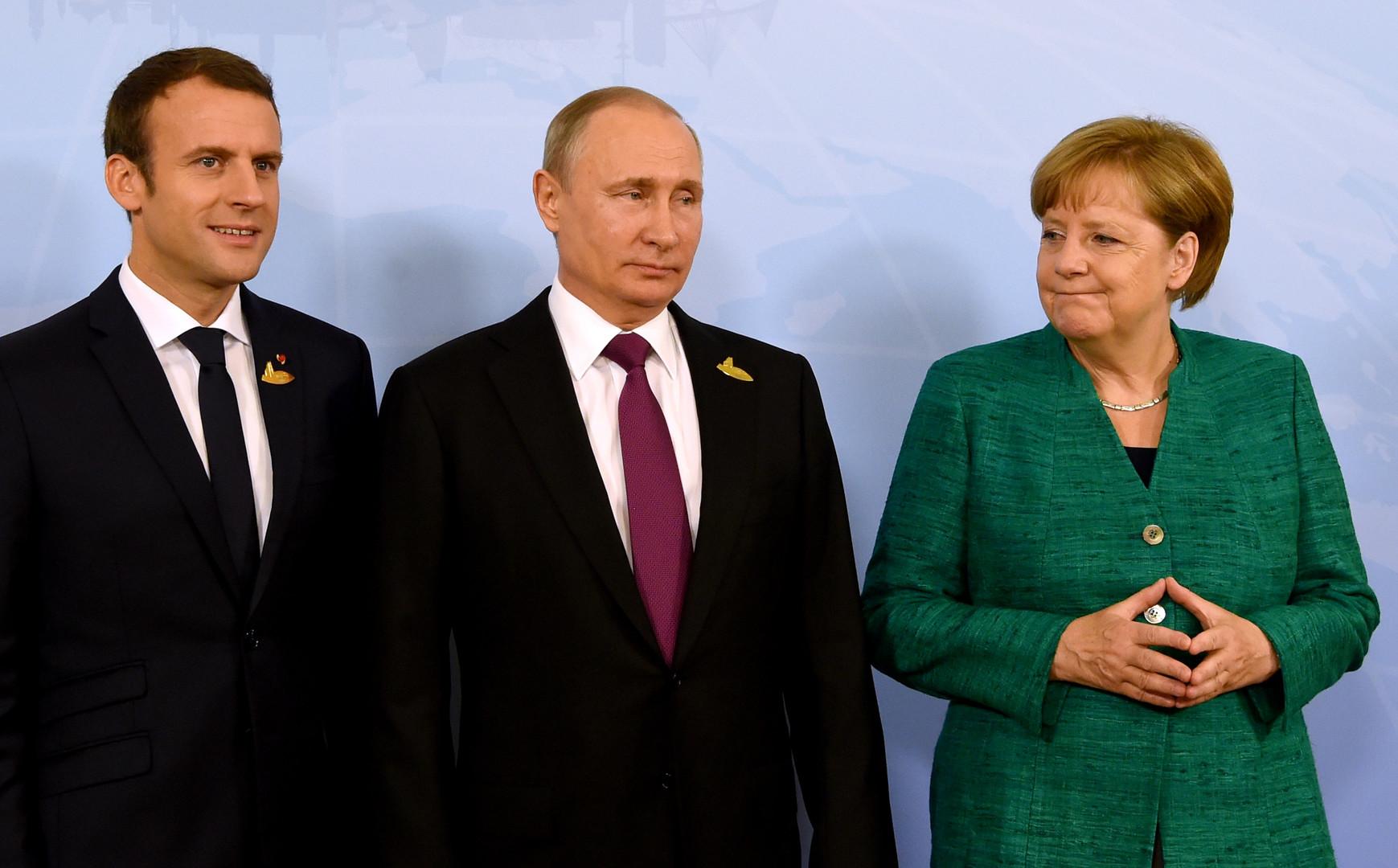 المستشارة الألمانية، أنغيلا ميركل، والرئيس الروسي، فلاديمير بوتين، والرئيس الفرنسي، إيمانويل ماكرون، خلال لقائهم في هامبورغ يوم 8 يونيو 2017