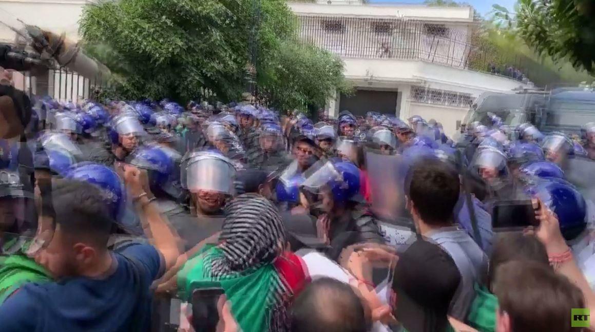 اشتباكات بين المتظاهرين والشرطة في الجزائر