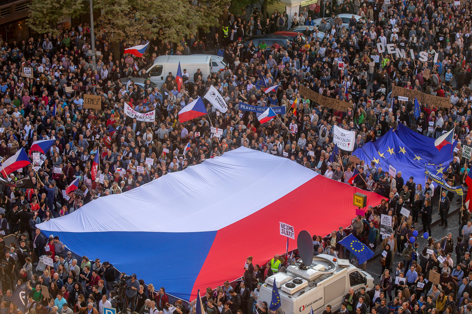 آلاف التشيكيين يحتجون للأسبوع الرابع ضد وزيرة العدل
