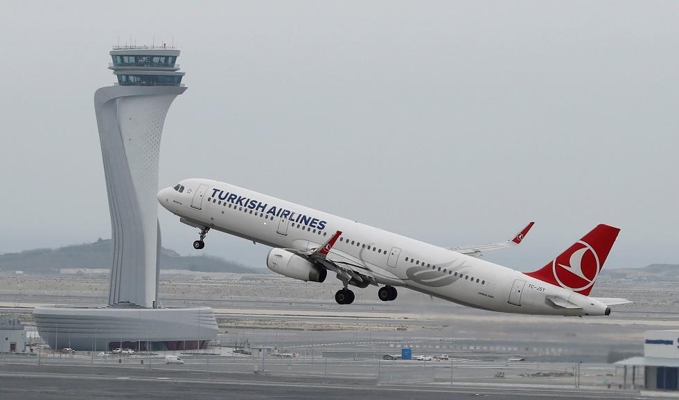 طائرة تركية ترتطم بعمود في مطار اسطنبول الجديد (صور)