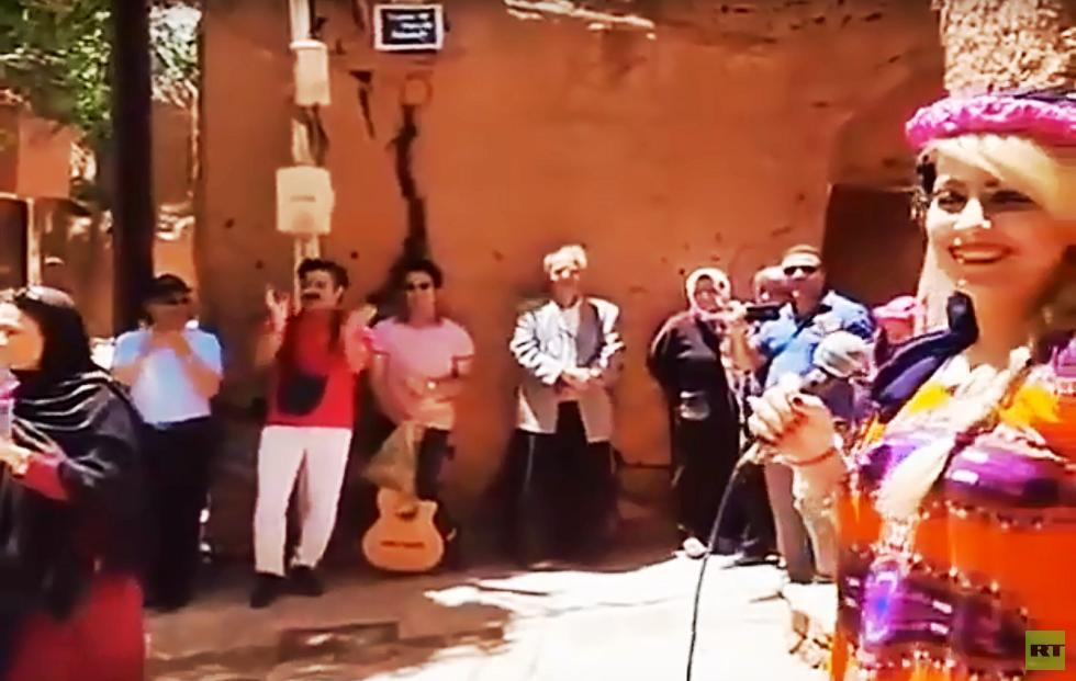 إيران.. السلطات تلاحق فتاة غنت أمام جمهور من القرويين والسياح (فيديو)