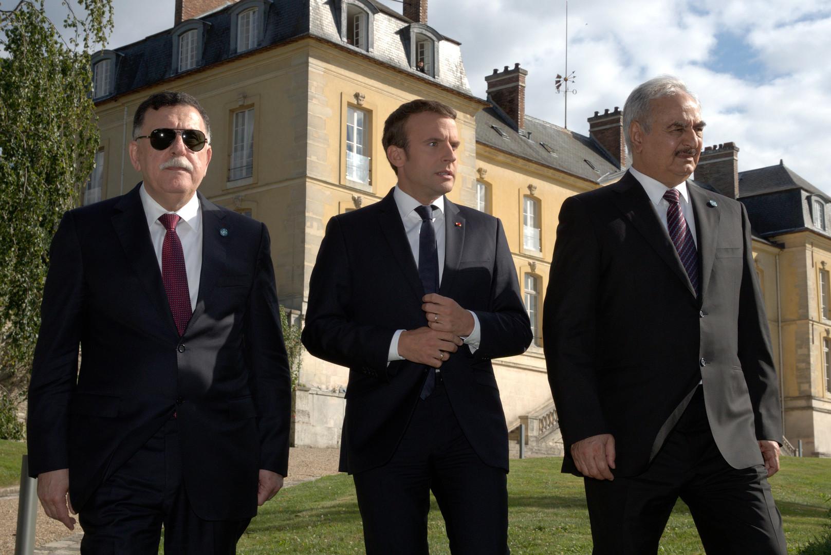 ماكرون وحفتر أثناء لقاء الرئيس الفرنسي معه ورئيس المجلس الرئاسي بحكومة الوفاق، فايز السراج، يوم 25 يوليو 2017