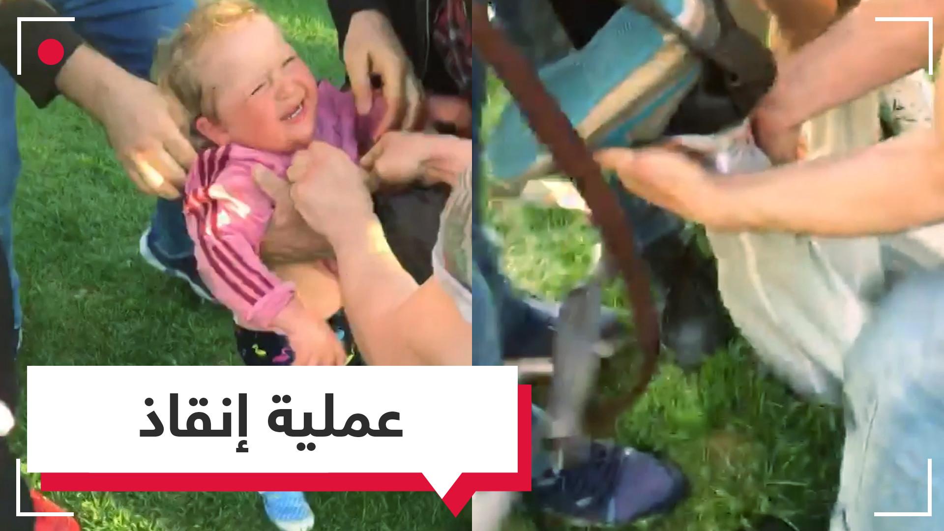شاب صغير ينقذ طفلة سقطت في أنبوب بلاستيكي