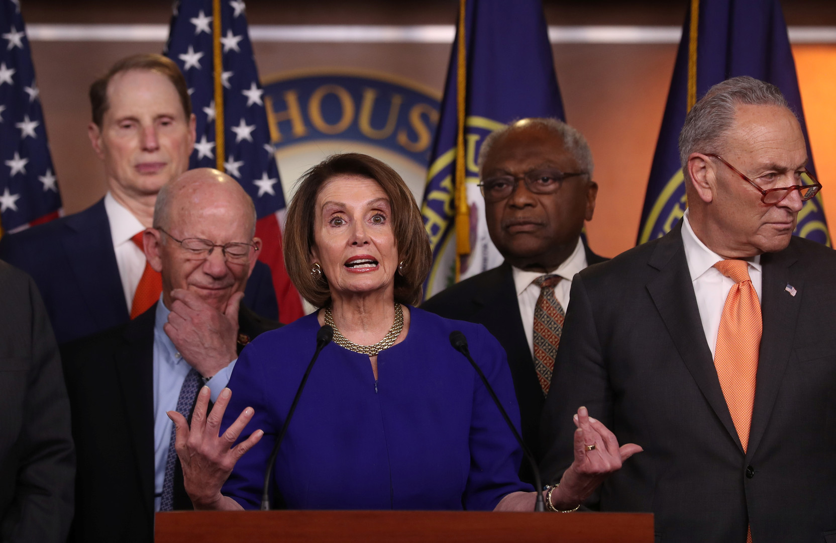 رئيسة مجلس النواب الأمريكي، نانسي بيلوسي، رفقة عدد من المشرعين الديمقراطيين