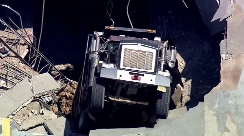 انهيار سقف موقف سيارات ضخم أسفل شاحنة في نيو جيرسي