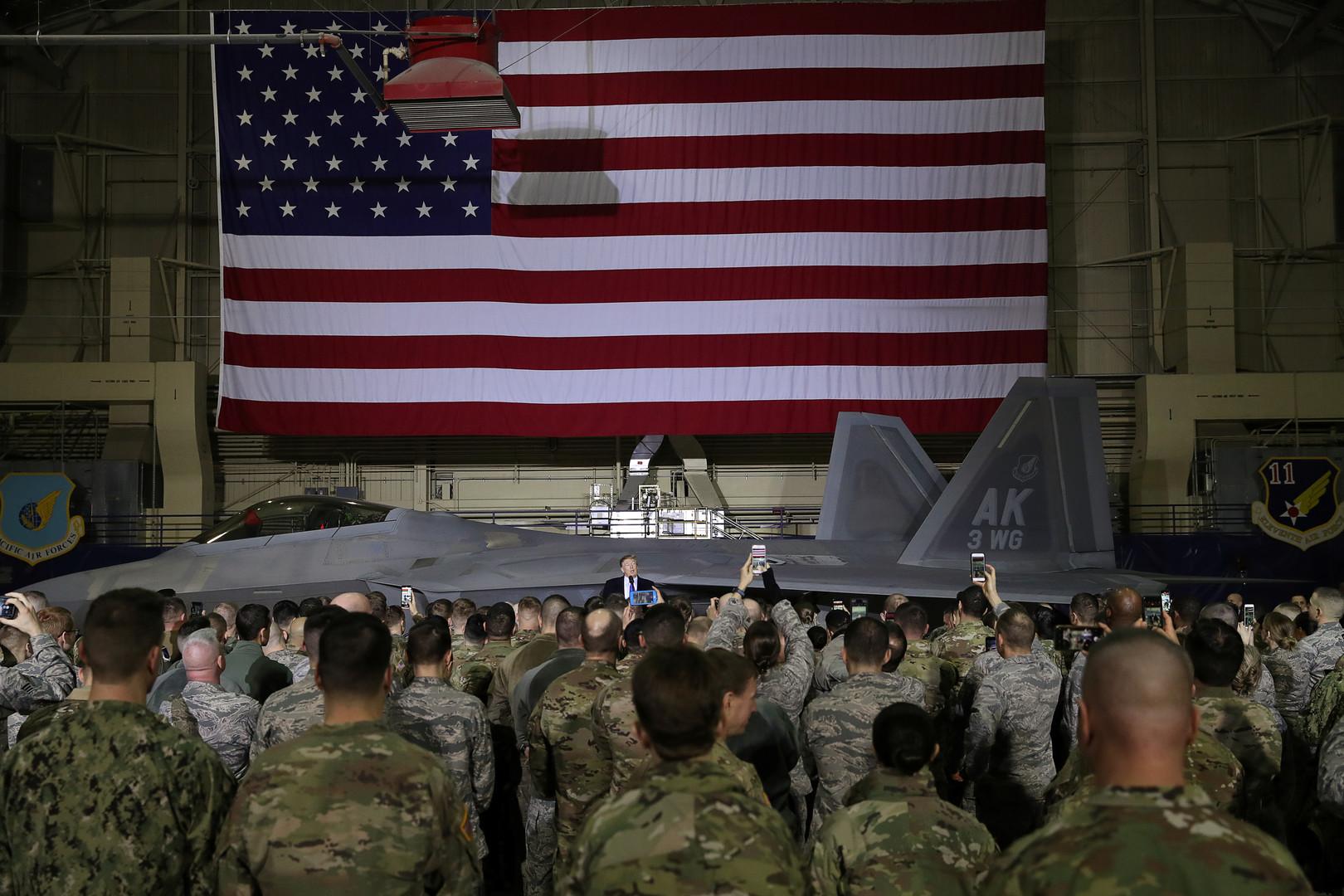 الرئيس الأمريكي، دونالد ترامب، يلقي كلمة أمام عسكريين أمريكيين