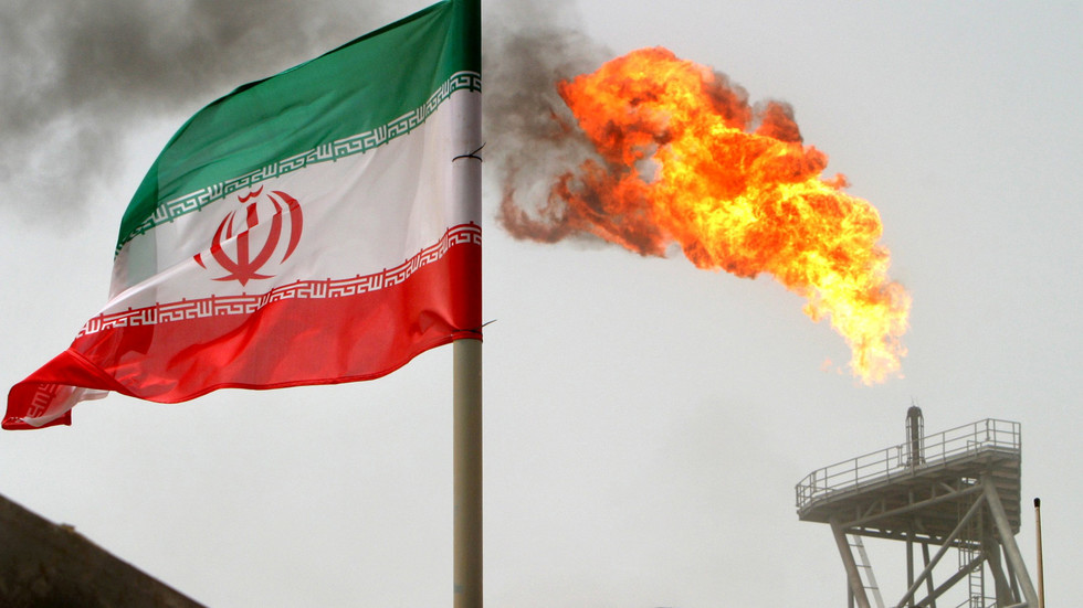 إيران تلجأ لتخزين النفط مع تهاوي الصادرات