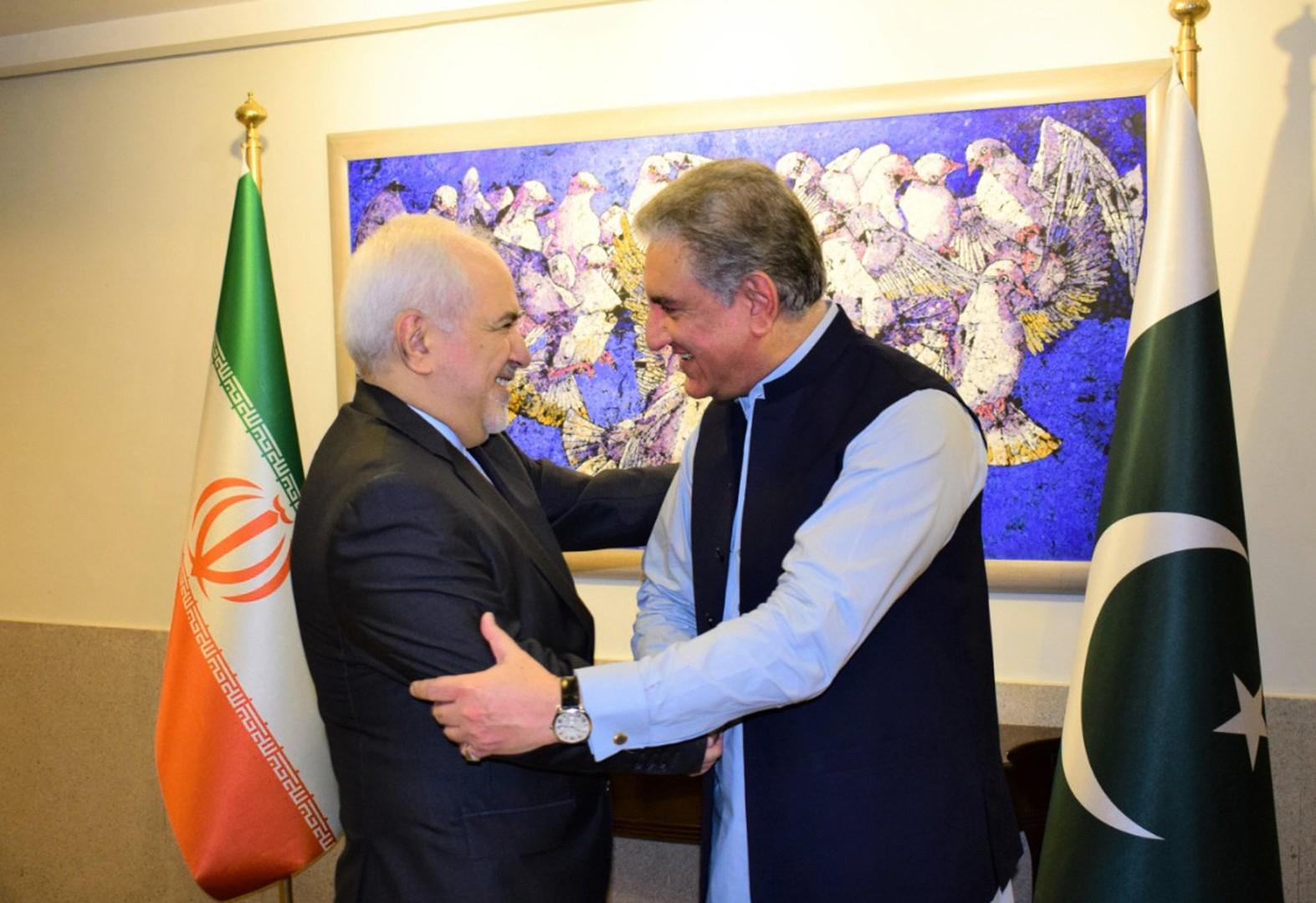 ظريف يحذر في باكستان من فوضى إقليمية وتوقع بزيارته العراق غدا