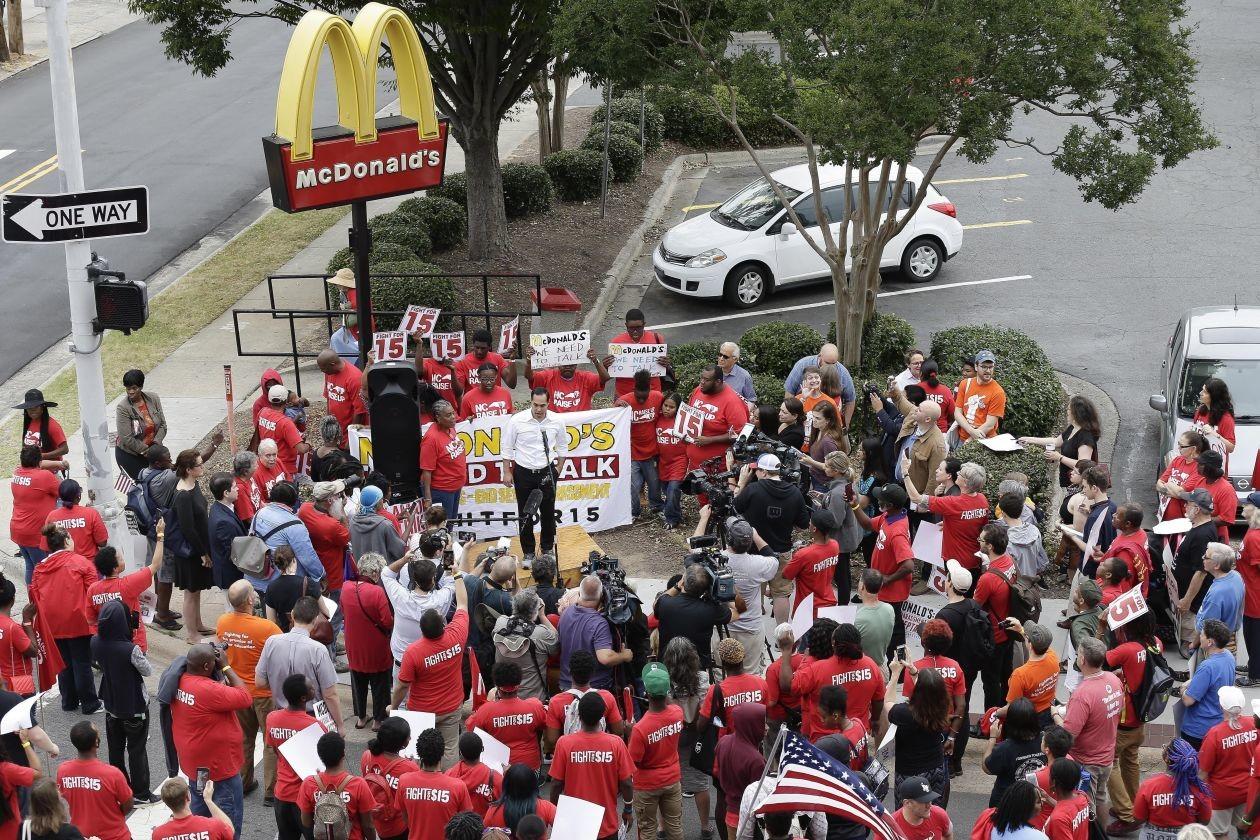 إضراب المئات من موظفي
