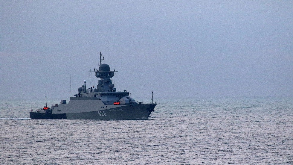 سفينة حربية روسية تمخر عباب البحار