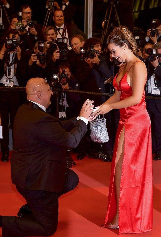 عرض زواج رومانسي يسرق الأضواء على السجادة الحمراء لمهرجان
