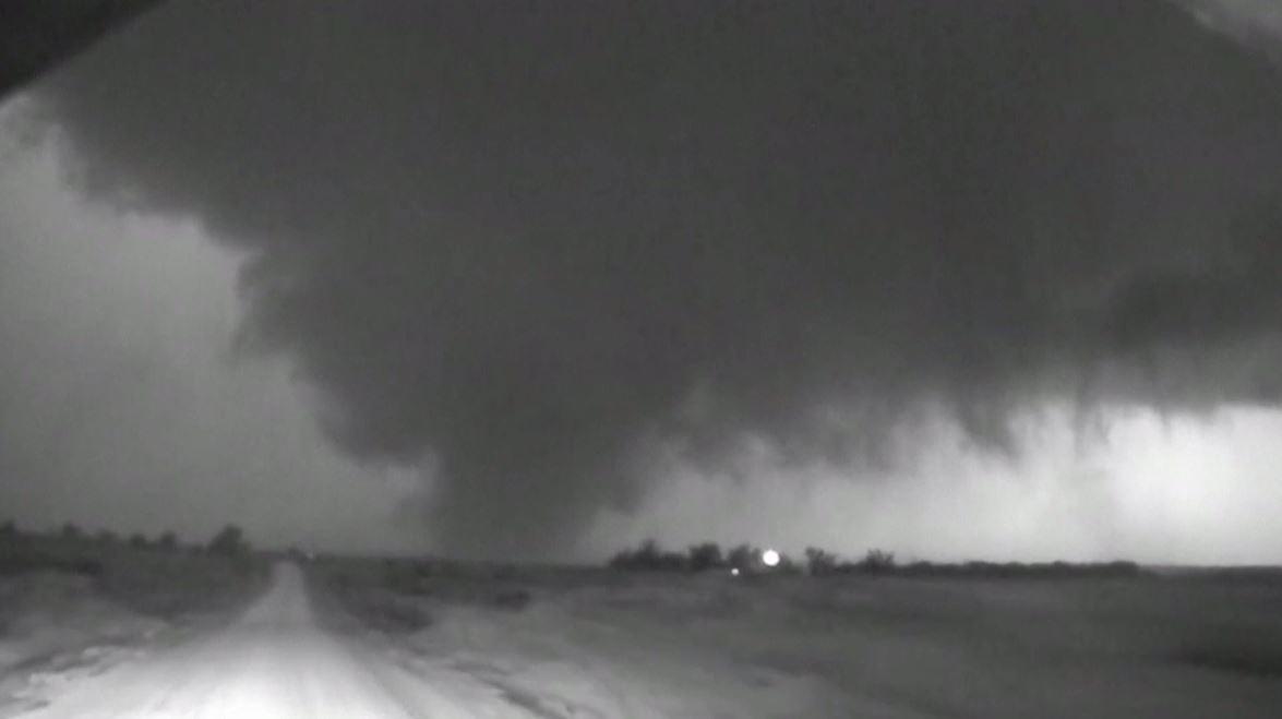 فيديو يظهر إعصار وزوبعة مخيفة شمال ولاية تكساس
