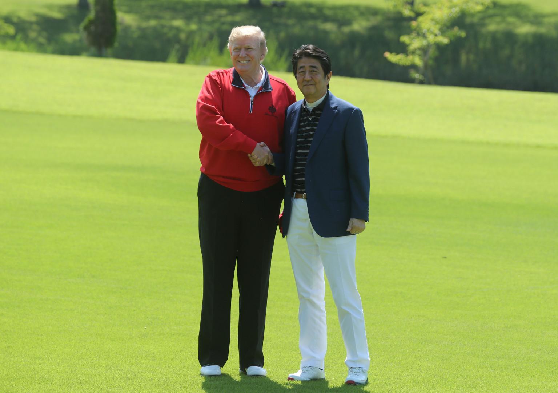 ترامب وآبي يلعبان الغولف