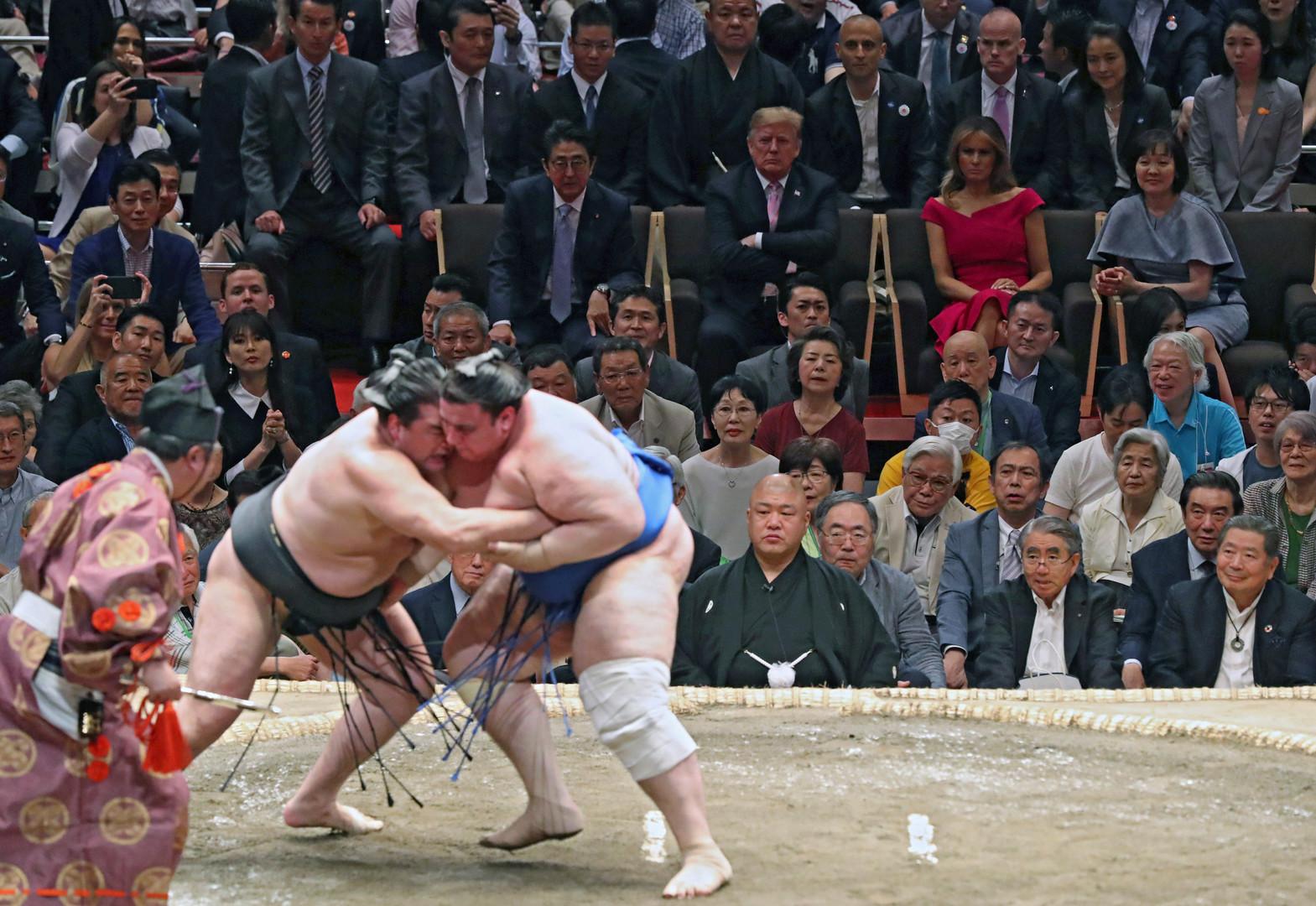 شاهد.. الرئيس الأمريكي ورئيس الوزراء الياباني في مصارعة السومو