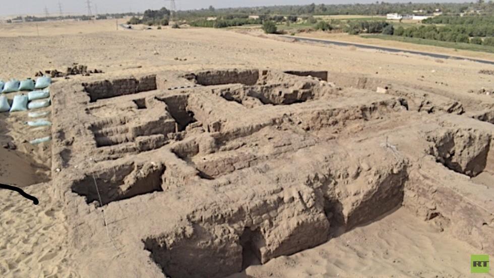 مصر.. الكشف عن بقايا بيت أثري يرجع للعصر البطلمي