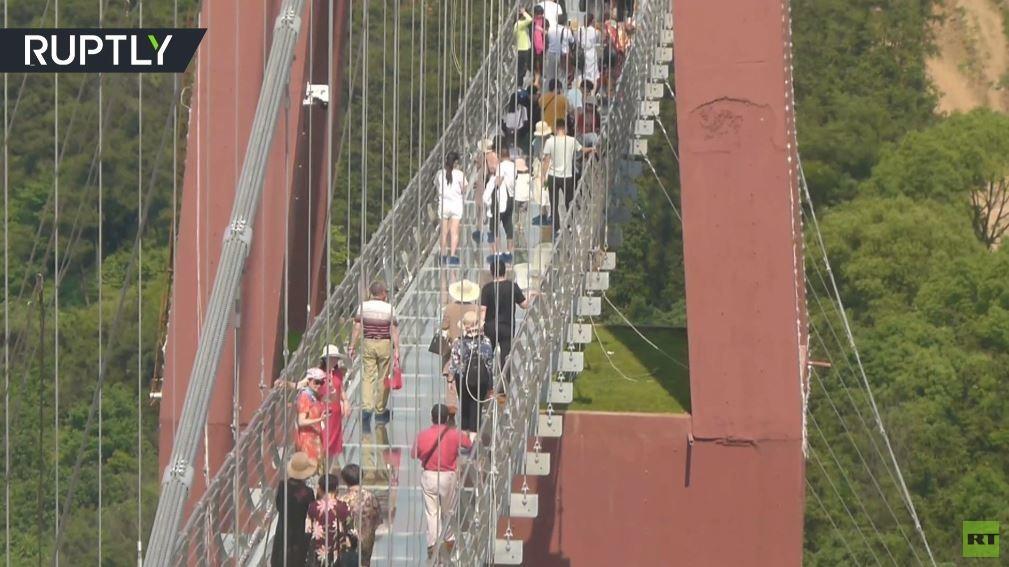 شاهد.. أطول جسر من الزجاج في العالم يجذب السياح .. رغم خوفهم
