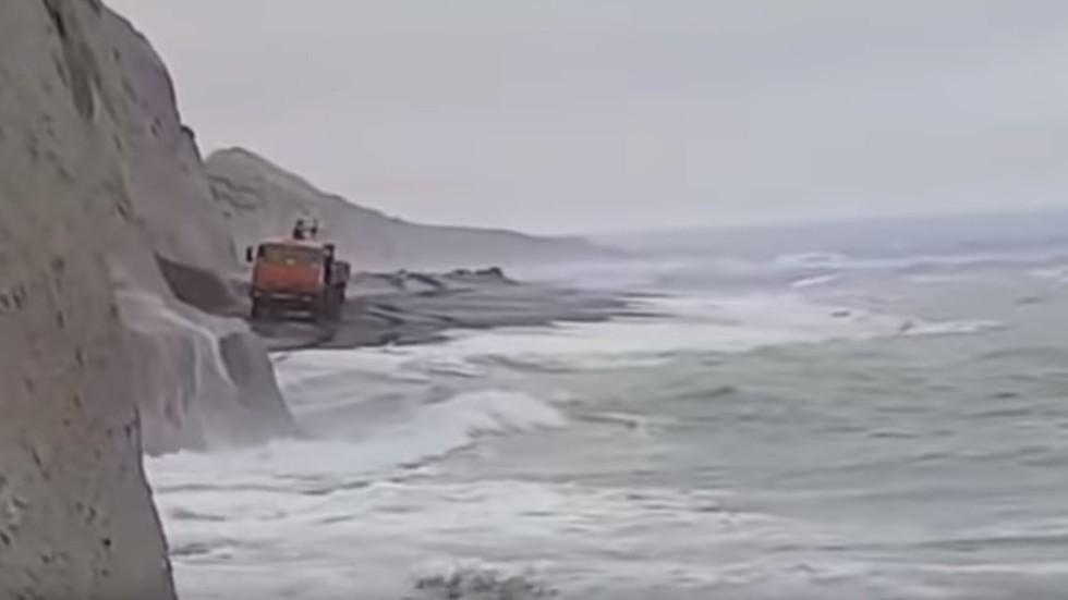 شاحنات روسية لا تقهر.. مغامرة ساحلية ورمال ألزج من الطين